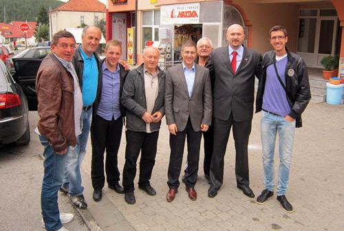 Nebojša Stefanović sa članovima SNSa u Čajetini