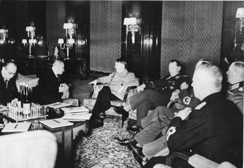Bundesarchiv_B_145_Bild-F051623-0206,_Berlin_Besuch_Emil_Hacha_Gesprach_mit_Hitler